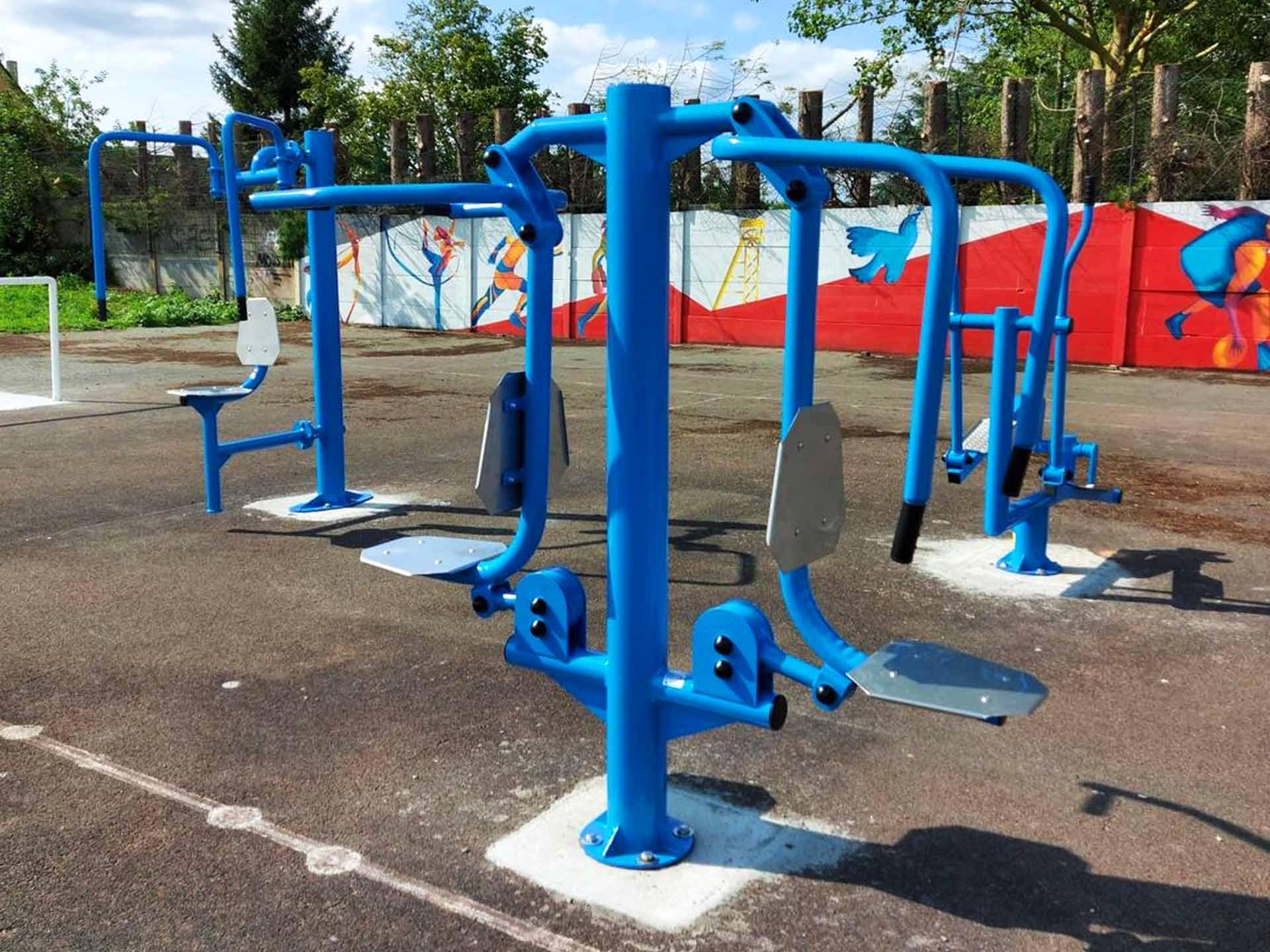 Photo des équipements de musculation en extérieur du plateau sportif AirFit de Sallaumines