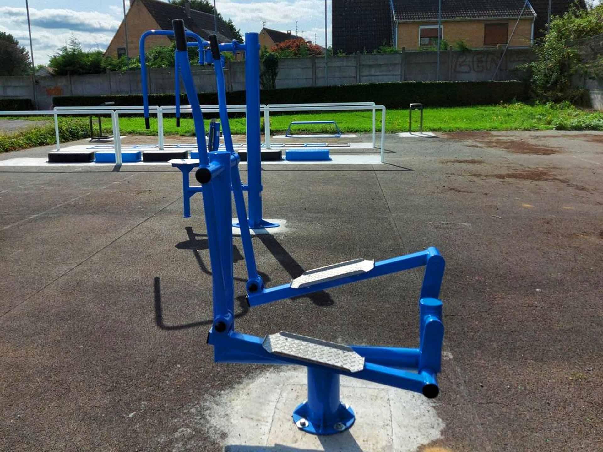 Photo des appareils de musculation en plein air bleus de Sallaumines