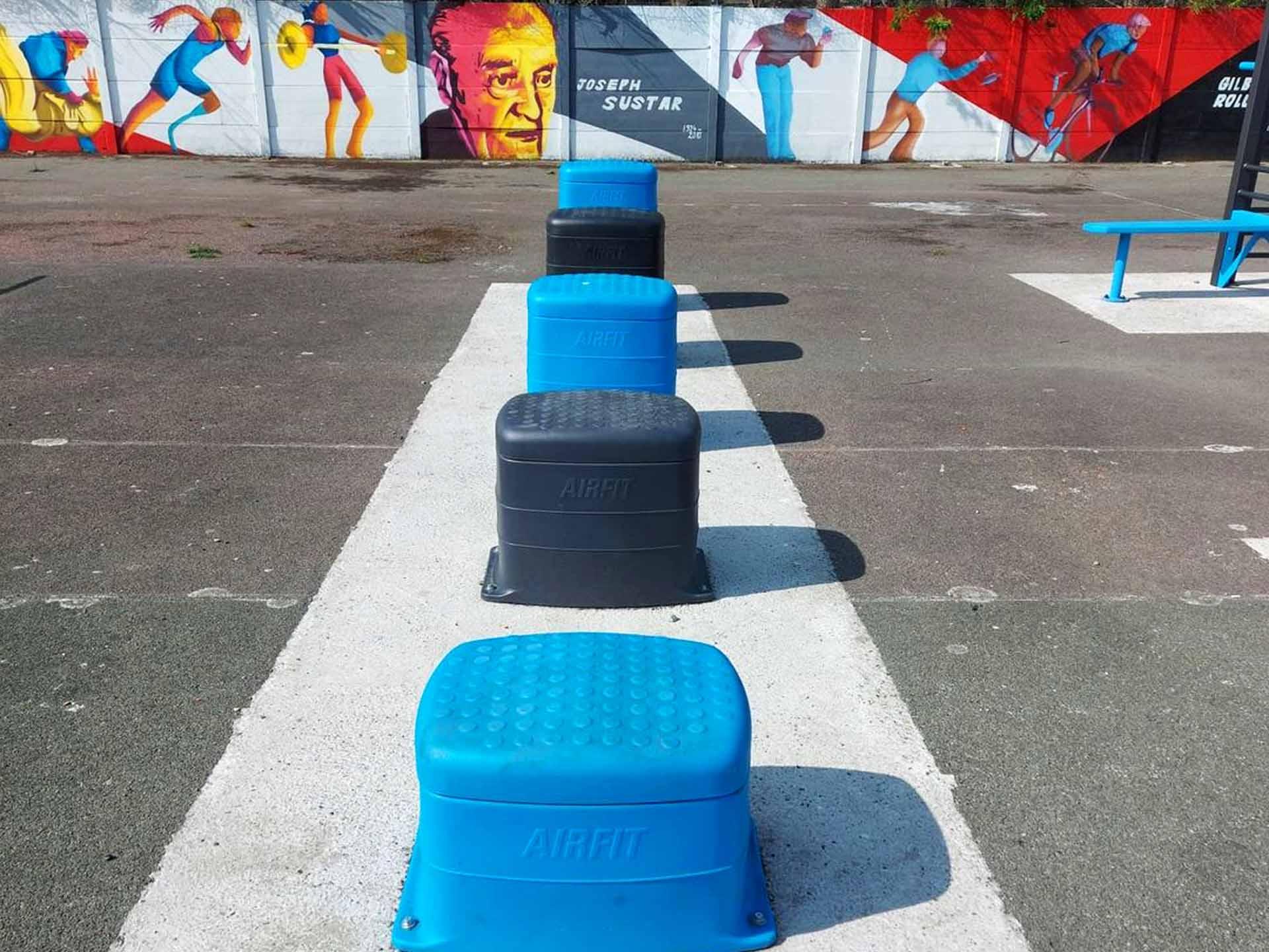 Photo de 5 plints bleu et gris à l'espace sportif AirFit de Sallaumines