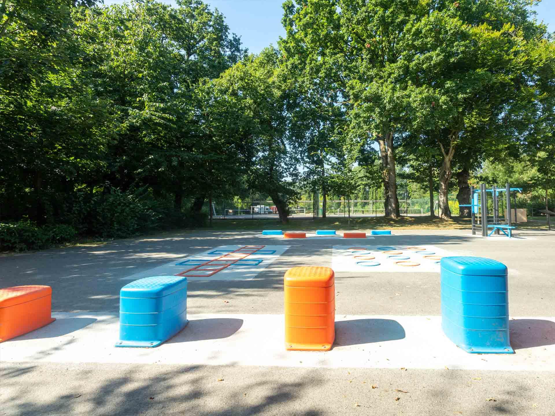 Photos des ateliers de motricité oranges et bleus du plateau sportif AirFit de Loudéac