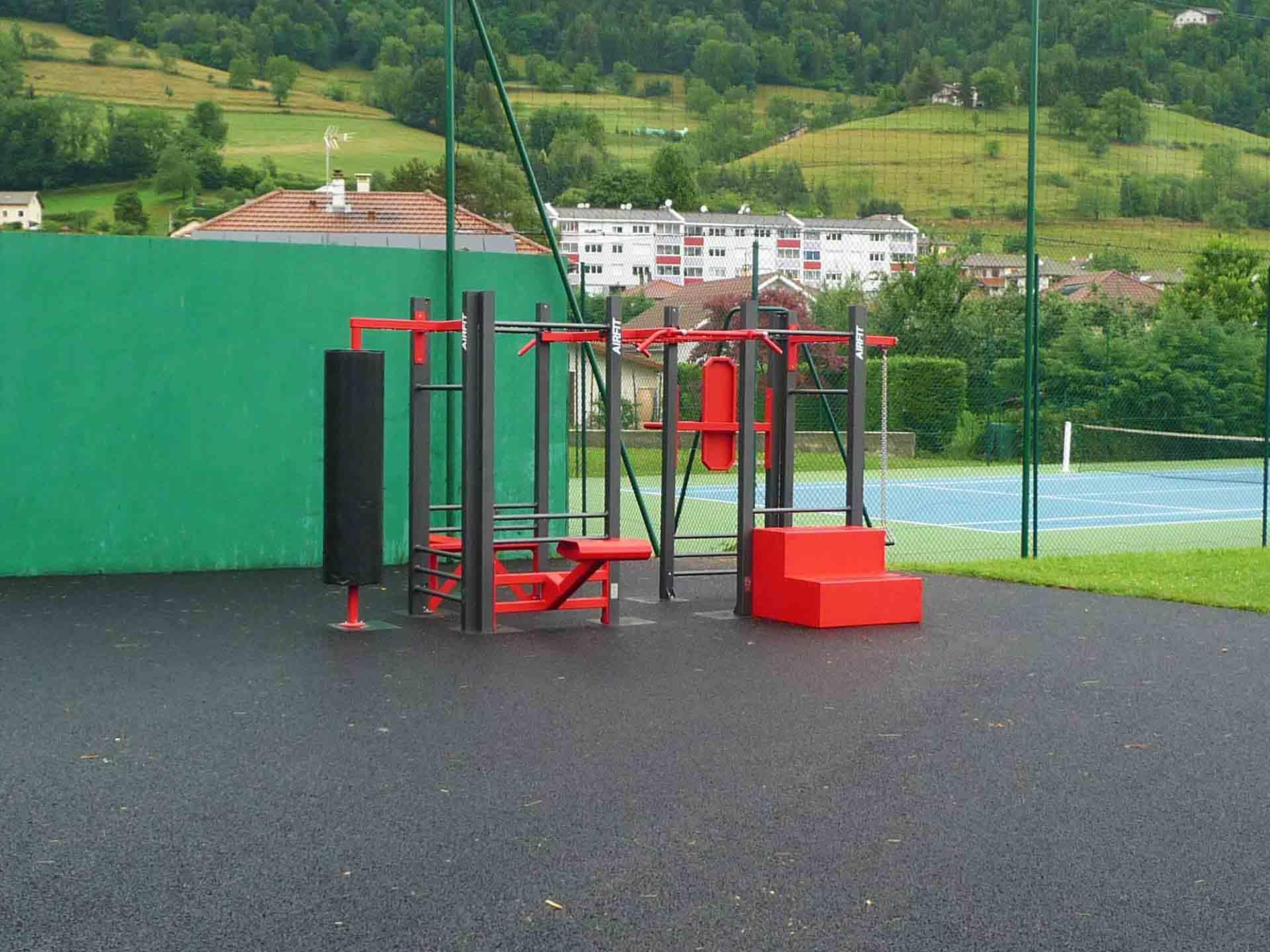 Photo de l'aire de fitness en extérieur rouge AirFit de Crets en Belledonne