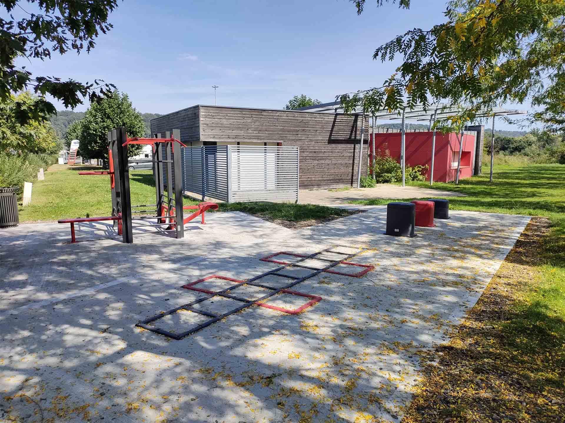 Photo de l'aire de sport derrière la maison de quartier à Pont Audemer