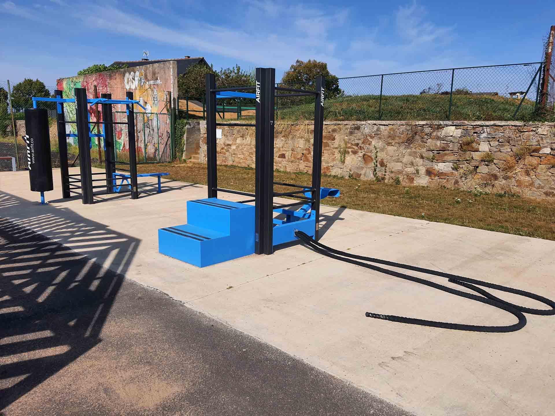 Photo des 2 stations de Cross-Training bleues AirFit du Vallon des sports de Naucelle