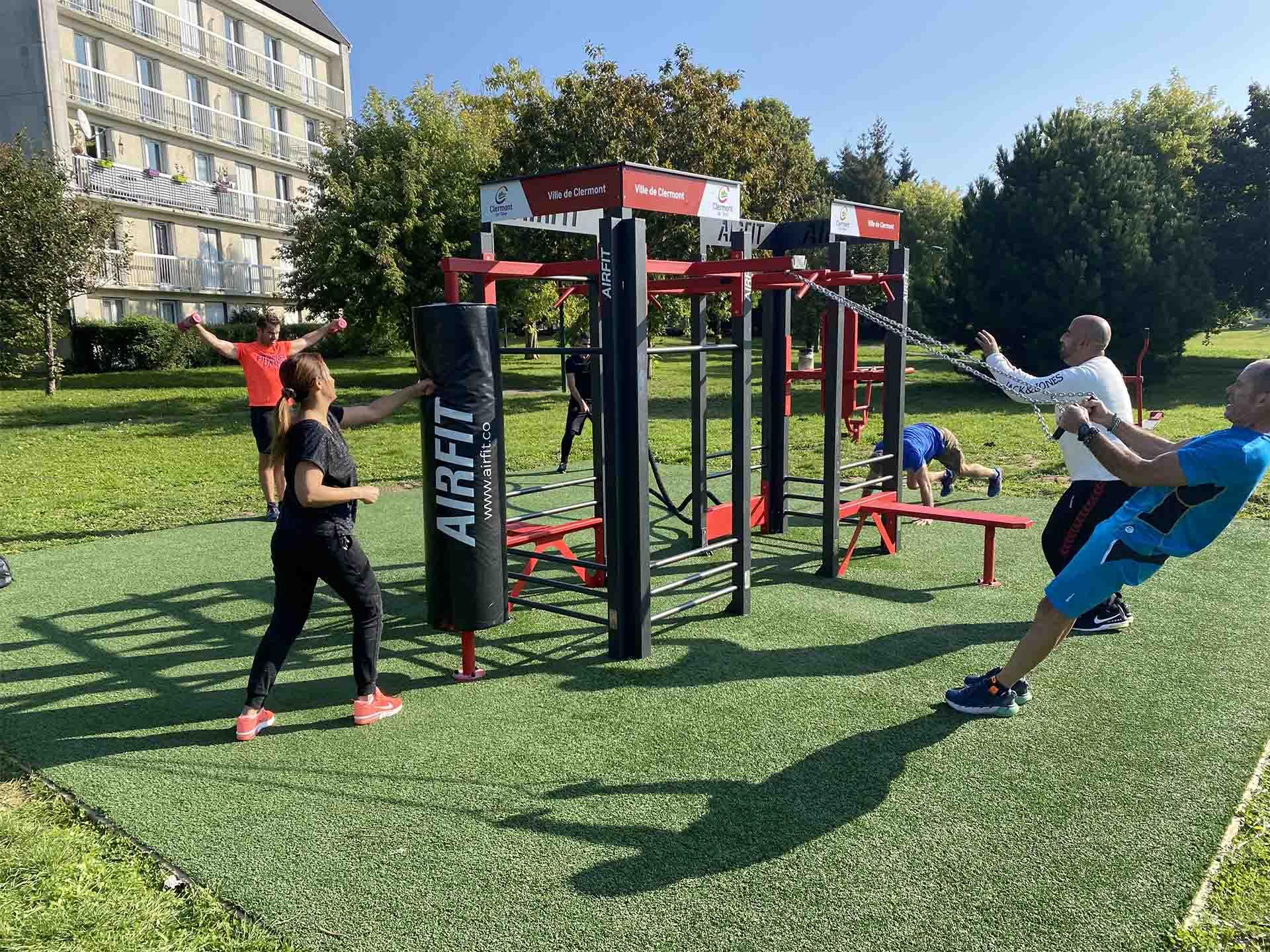 Photo de sportifs sur l'aire de fitness en extérieur AirFit à Clermont de l'Oise