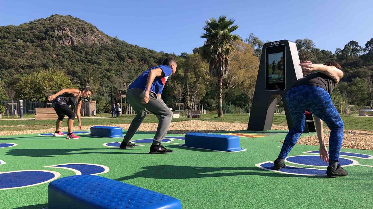 Photo de Seniors en train de s'entraîner sur le nouvel équipement sportif AirFit du parc de l'Argentière à Mandelieu