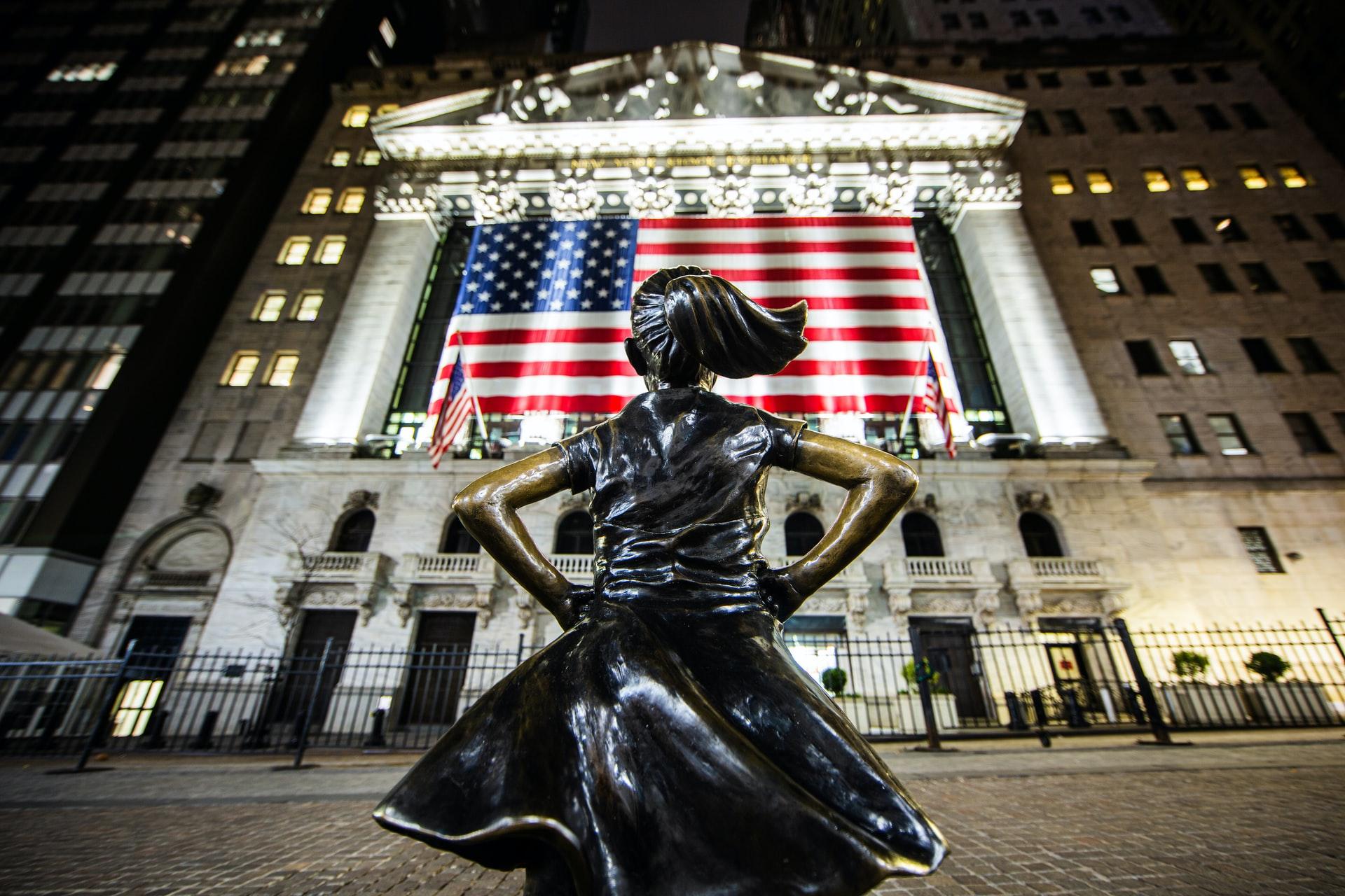 Une statue de jeune fille devant la bourse de new york