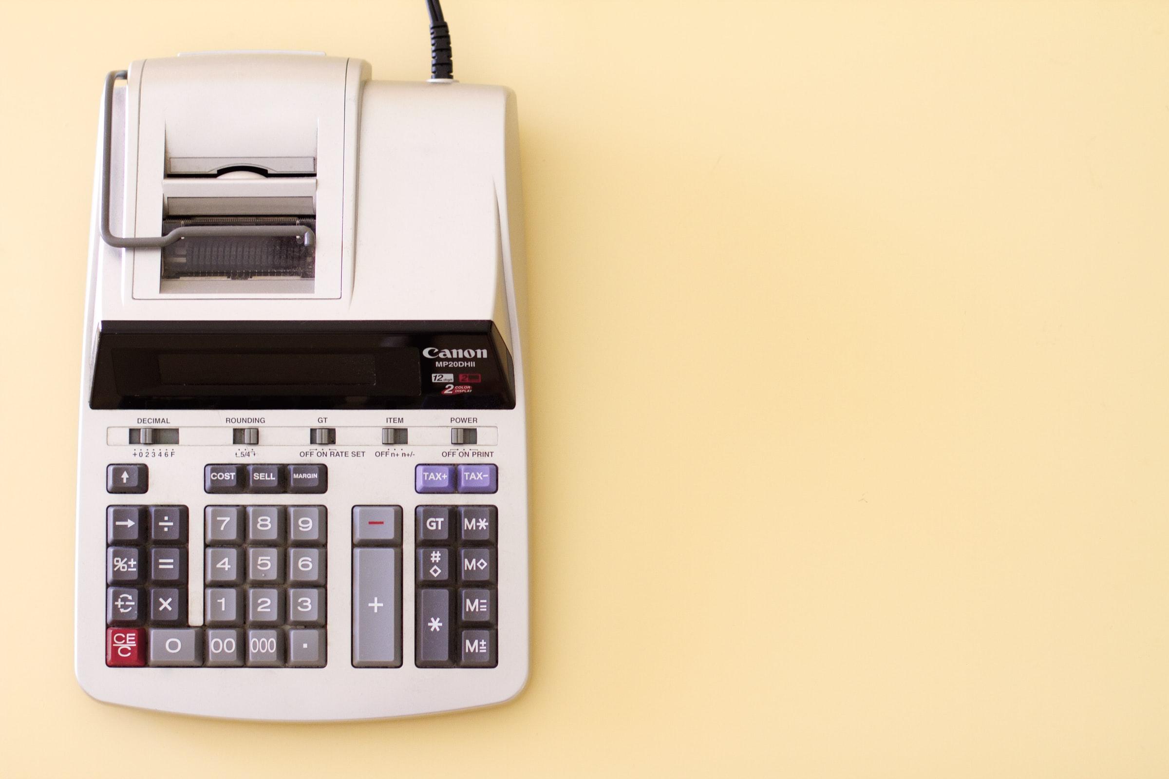 Une calculatrice ancienne sur fond jaune