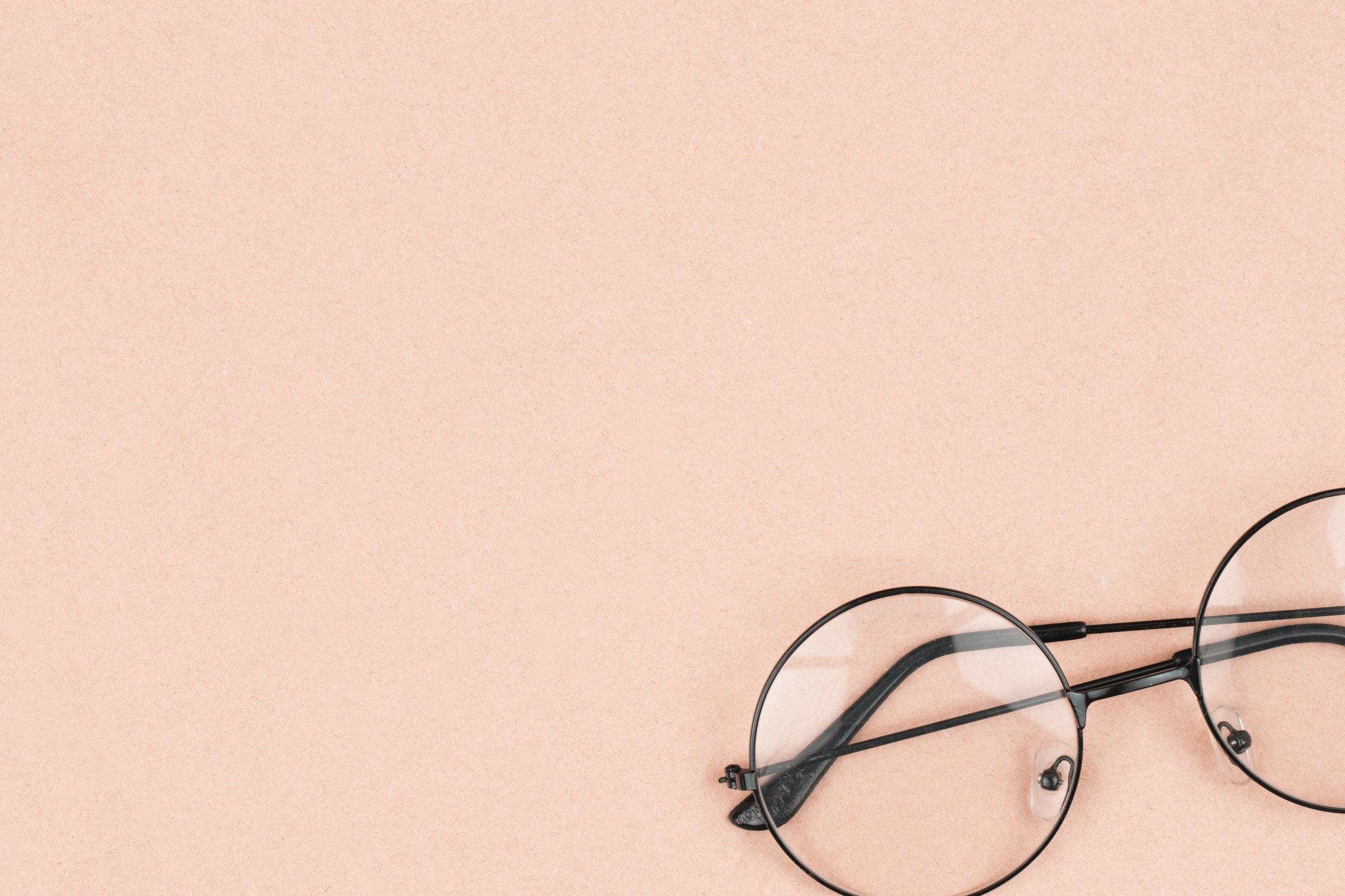 Une paire de lunette sur un fond beige