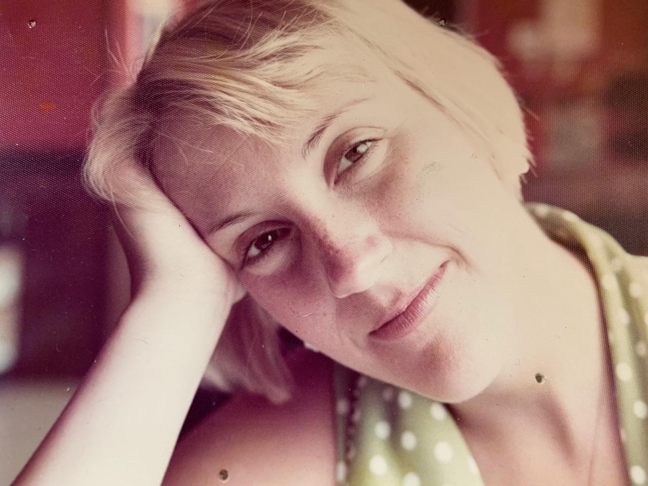 Image d'une femme qui sourit pour une photo