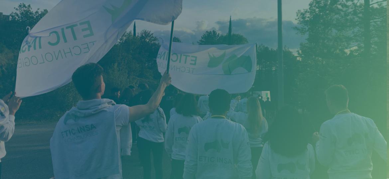 les membres de la junior-entreprise soulevant le drapeau d'ETIC INSA Technologies