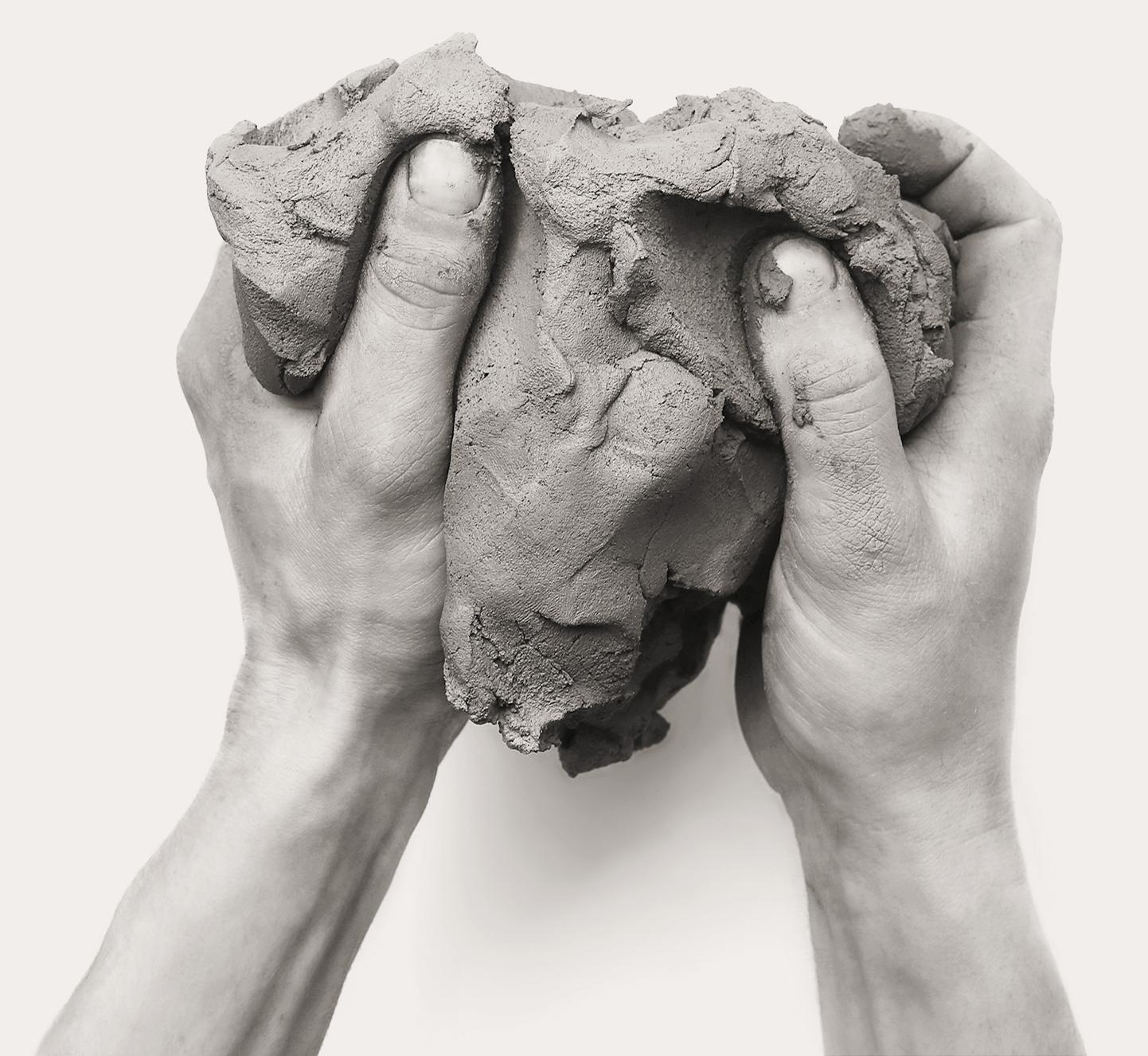 Hand mit Tonklumpen