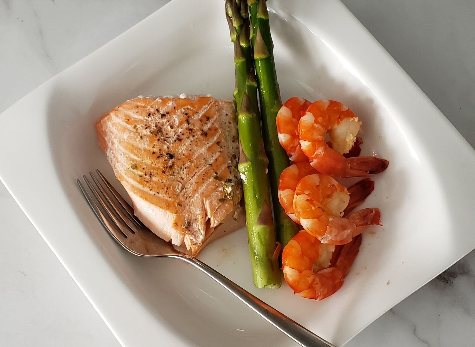 A low-glycemic and keto meal of fish, asparagus, and shrimp