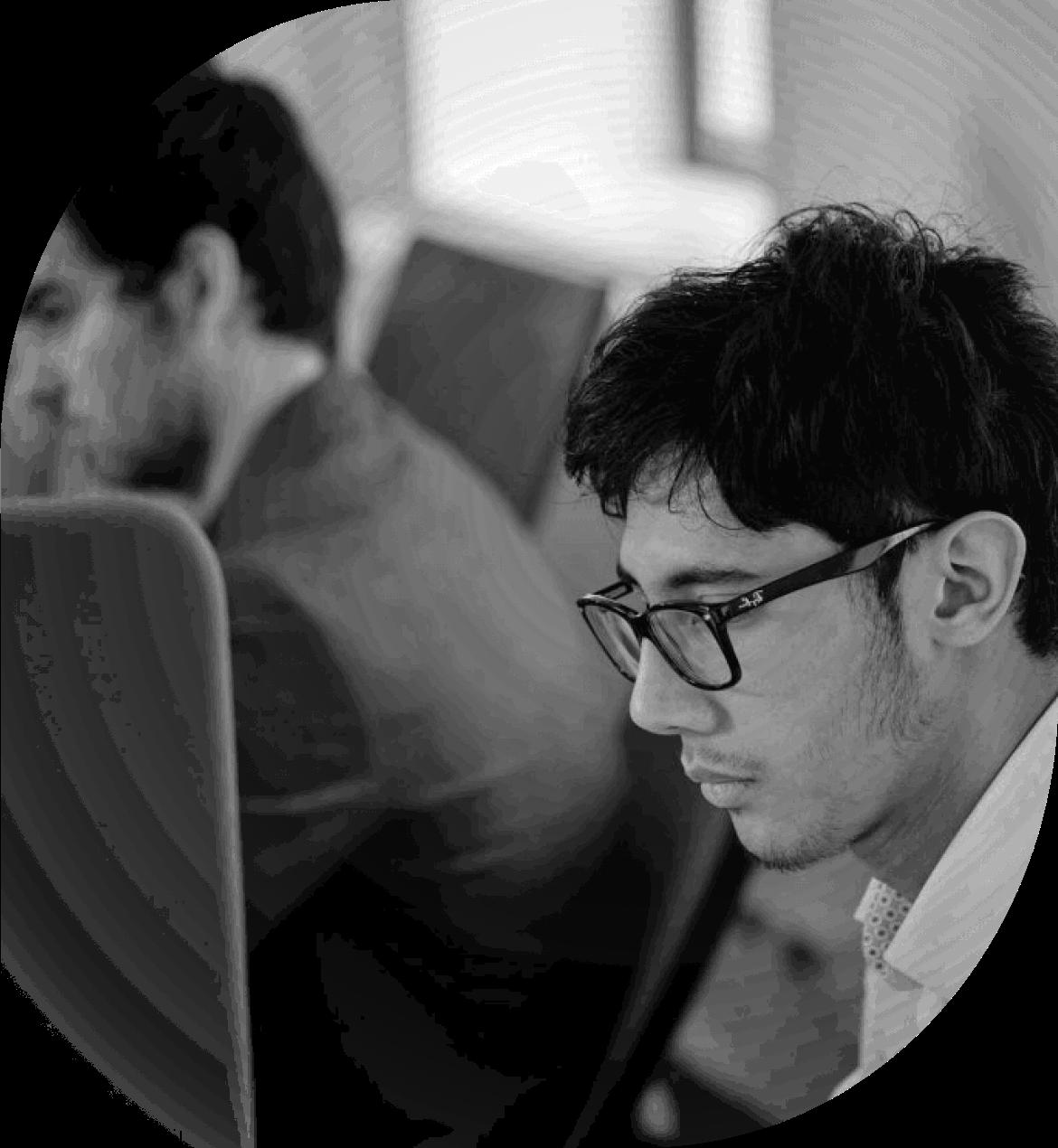 Un informaticien de Serenitech travaille devant son ordinateur
