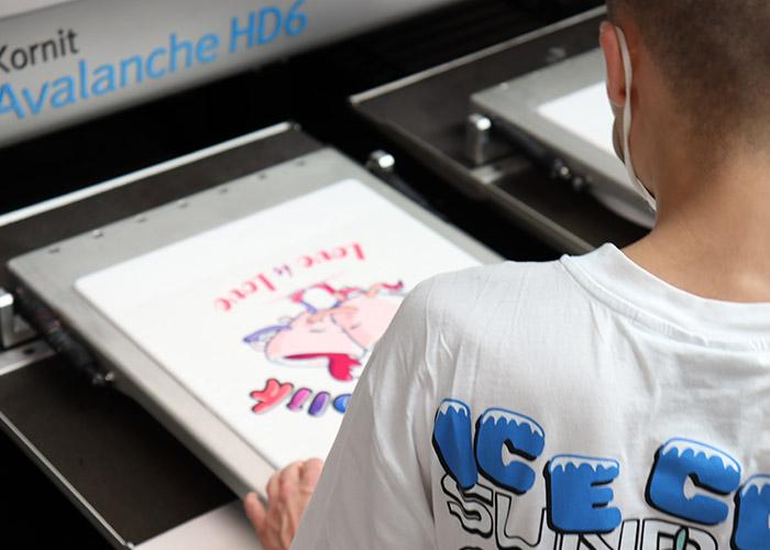 DTG-Druckmaschine mit bedrucktem Shirt