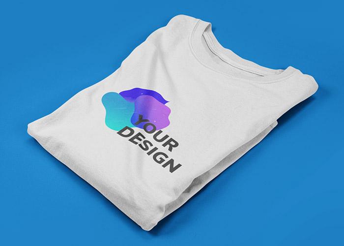 """Weißes gefaltetes T-Shirt mit Aufdruck """"Your Design"""""""