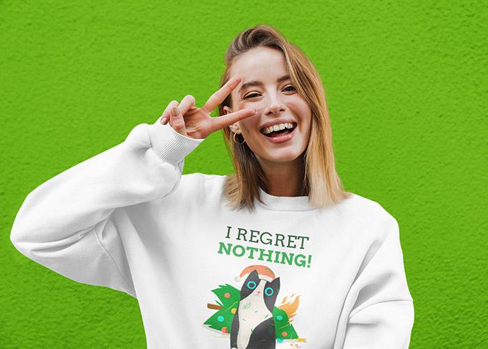 """Frau mit weißem Sweatshirt und Aufdruck """"I regret nothing"""" + Katze"""