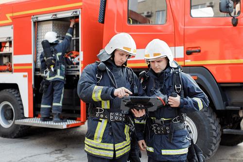 Zwei Feuermänner die als Kunden von einer Software Beteiligung das Produkt auswerten und benutzen
