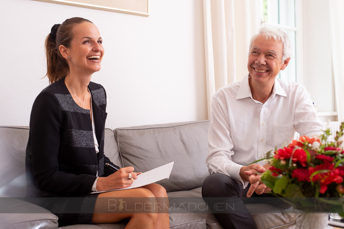 Forum Family Mitarbeiterin beim Gespräch mit Geschäftsführer Burkhard Wittek