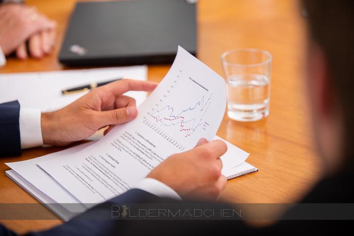 Forum Value Investing Mitarbeiter beim Lesen eines Quartalsberichtes