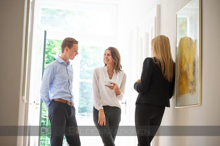 Forum Family Office Mitarbeiter beim Gespräch über Stellenangebote