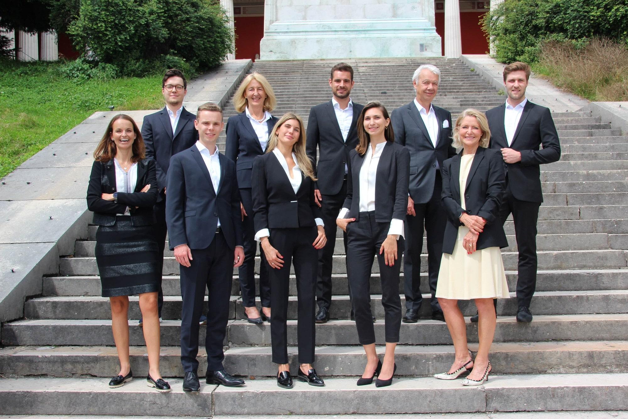 FORUM Family Office Team auf einer Treppe in München als Teamimage
