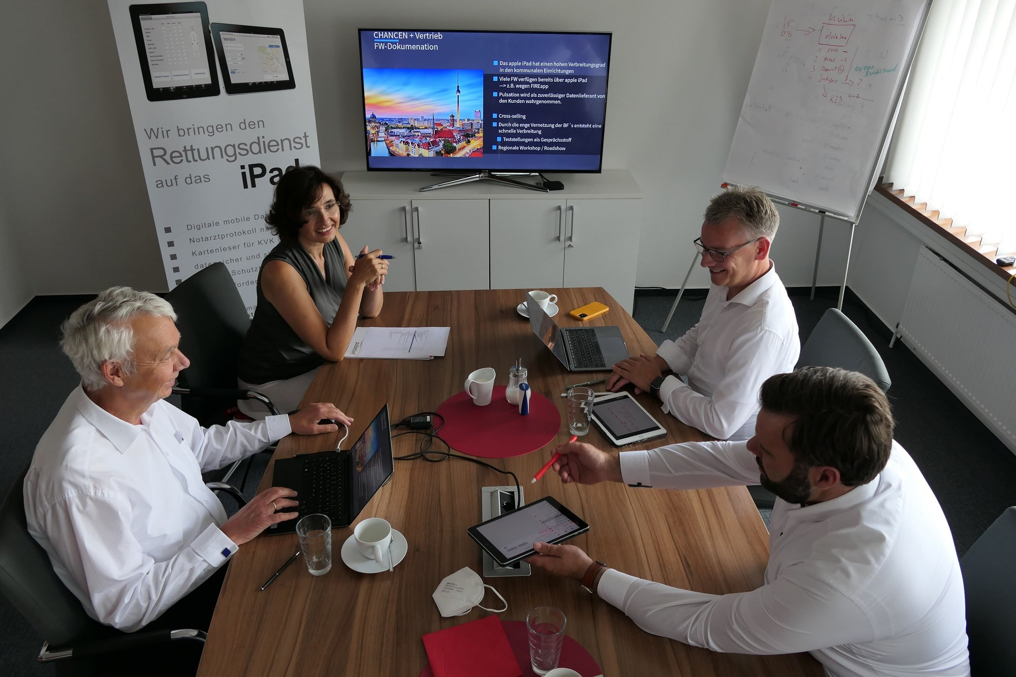 Forum Family Office Burkhard Wittek am Tisch mit einer Private Equity Beteiligung bei einer Besprechung