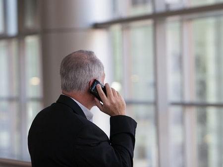 Senior Advisor von FORUM beim Telefonieren und Beraten von Unternehmen