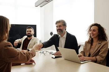 Bild von Family Office Family Equity um Freundschaftlichkeit beim Unternehmenskauf zu zeigen
