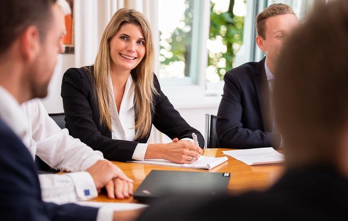Forum Family Office Mitarbeiterin bei einem Job Gespräch