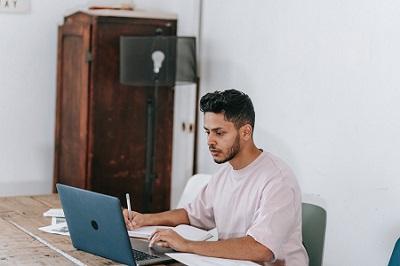 Bewerber für Forum Family Office beim schreiben eines Tests für eine Job Bewerbung