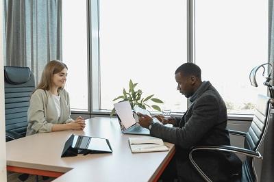 Forum Bewerber bei einem interview mit Mitarbeiter