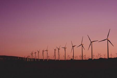 Bild von Windrädern für einen neutralen CO2 Ausstoß durch FORUMS beteiligungen