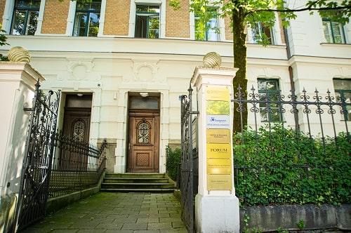 Forum Family Office Eingang in der Uhlandstraße München für die Anfahrt