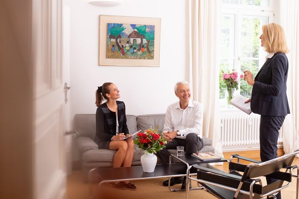 FORUM Family Office Mitarbeiter beim berichten von Transaktionsmeldungen und Whitepapers