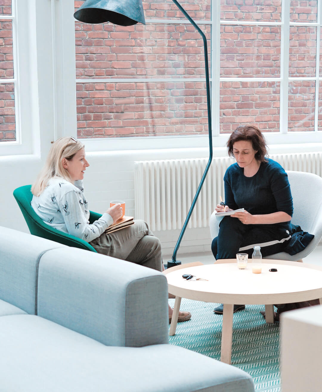Zwei Frauen im Büro