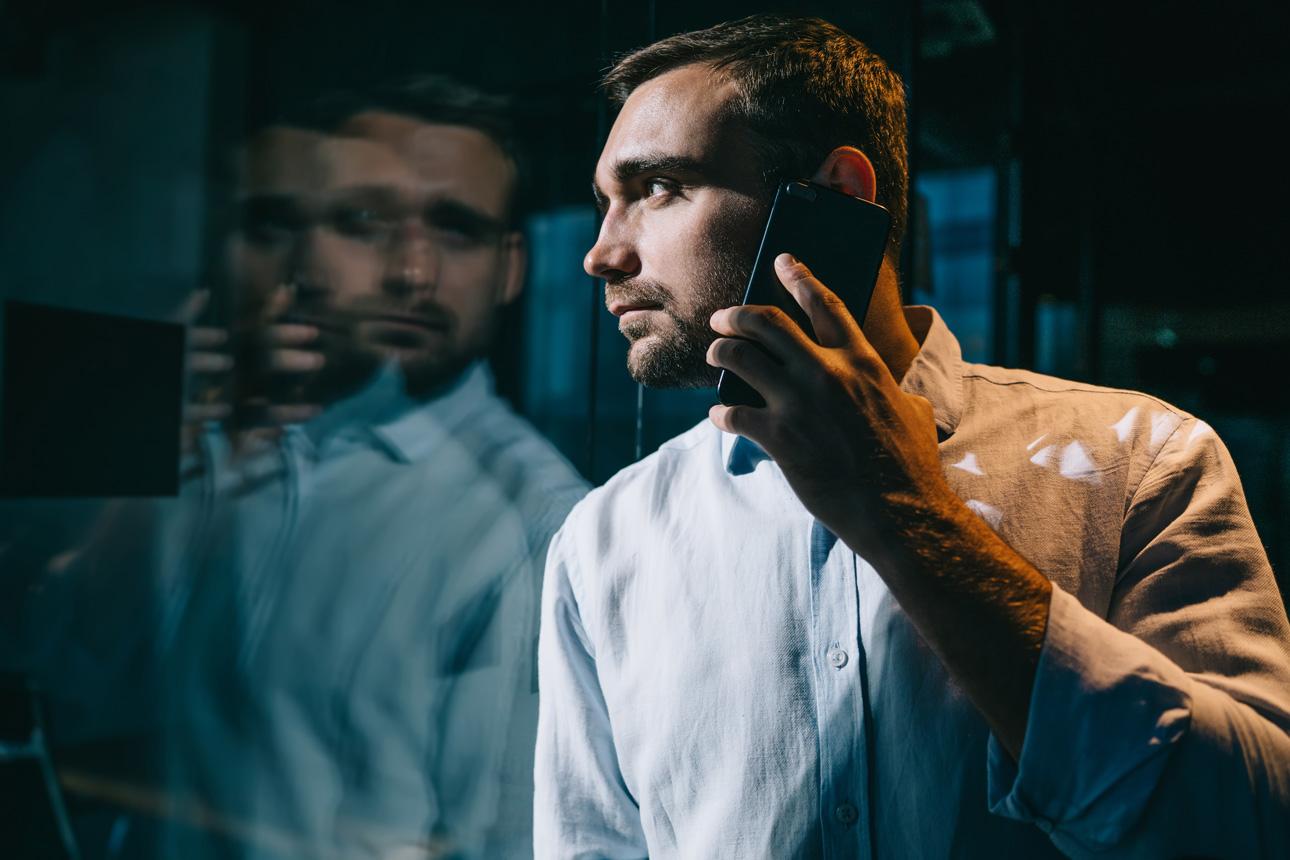 Mitarbeiter telefoniert mit Smartphone