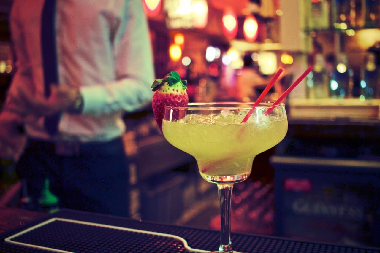 Découvrez l'interview de Séphora, co-fondatrice du bar à cocktails Shake n' Smash dans le 3ème arrondissement de Paris. Malgré la crise sanitaire liée au Covid-19, son associé et elle ont su insuffler une nouvelle dynamique pour se réinventer en cette période difficile.