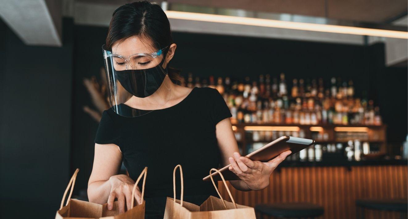 La crise sanitaire aura poussé beaucoup de restaurateurs, jusqu'aux plus traditionnels, à proposer la commande en ligne, pour que le client vienne la récupérer ou se la fasse livrer. Ce canal de vente constitue en effet le seul levier actionnable pour faire perdurer son activité, sans pour autant réinventer son métier.