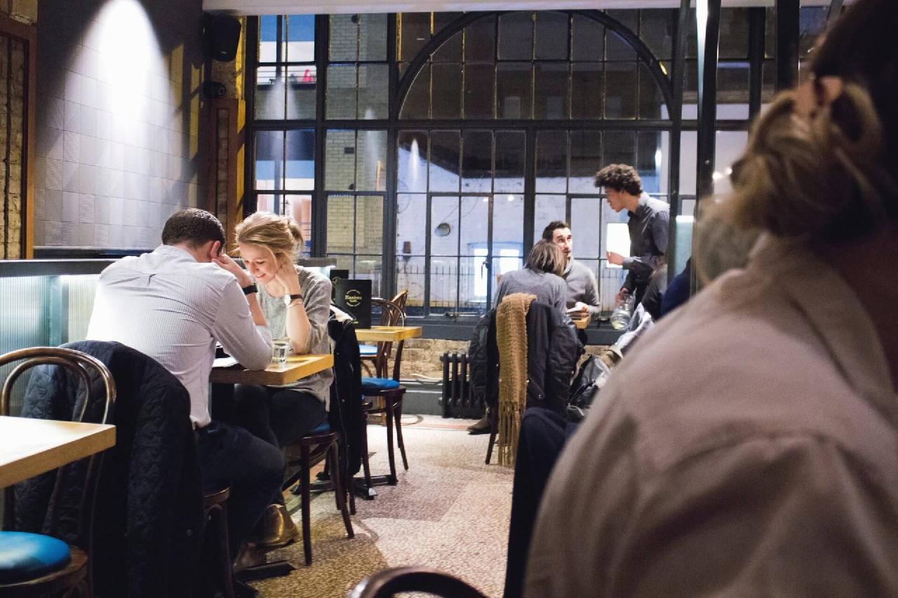 Vous gérez ou dirigez un restaurant, bar, brasserie, ou café et vous vous posez encore des questions sur la TVA en restauration ? Entra la TVA réduite et intermédiaire c'est une problématique partagée par quelques-uns de nos clients restaurateurs aussi nous allons vous aider à y voir plus clair.