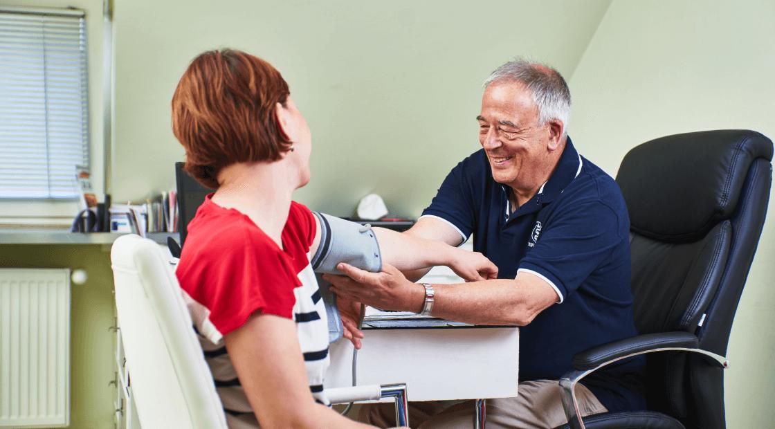 vérnyomásmérés, orvos vérnyomást mér betegnek belgyógyászati kivizsgálás
