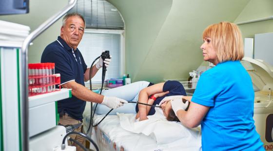 gyomortükrözés, gasztroenterológiai vizsgálat, gyomortükrözes közben orvos és asszisztens