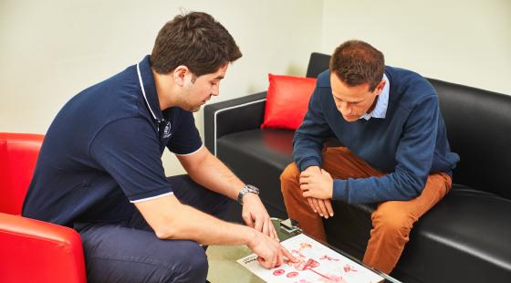 szakorvosi konzultáció, belgyógyász szakorvos konzultál beteggel bélpanaszokról