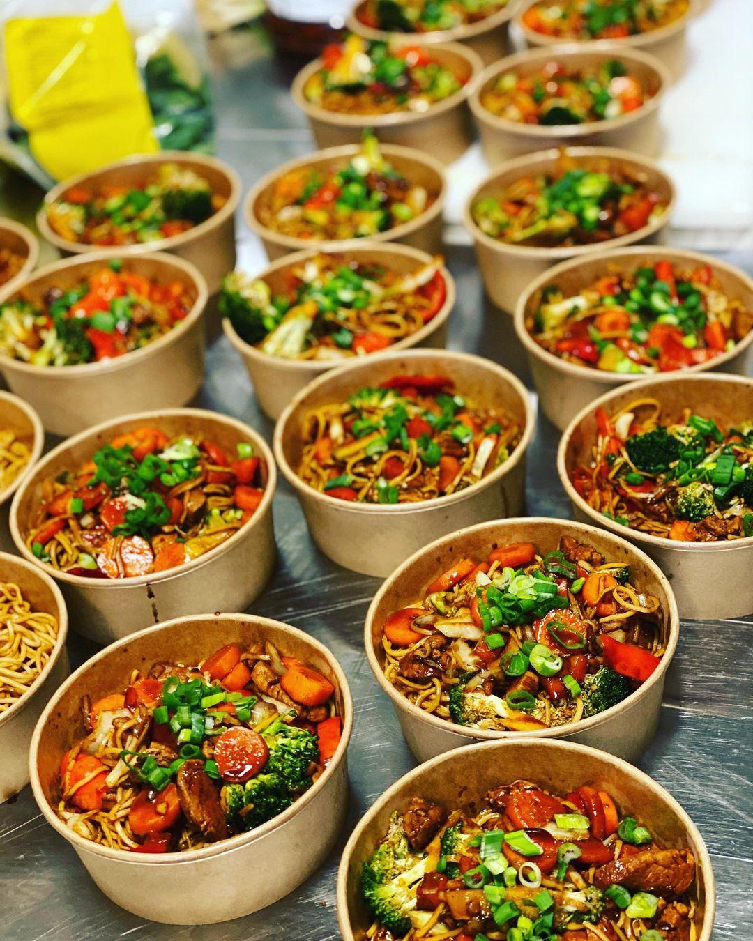 Lunchdags på Ellys, skålar med mat