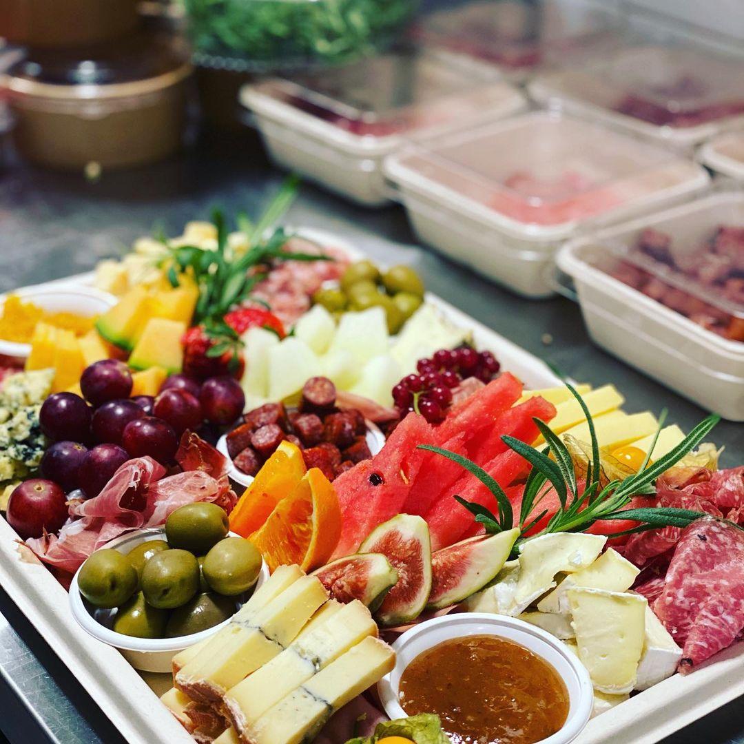 Ellys delikatessbricka med ost, charkuterier, oliver och frukt