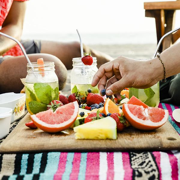 Ellys beachmeny med sallader, baguetter, smörrebröd, dricka, snacks, minitapasbrickor