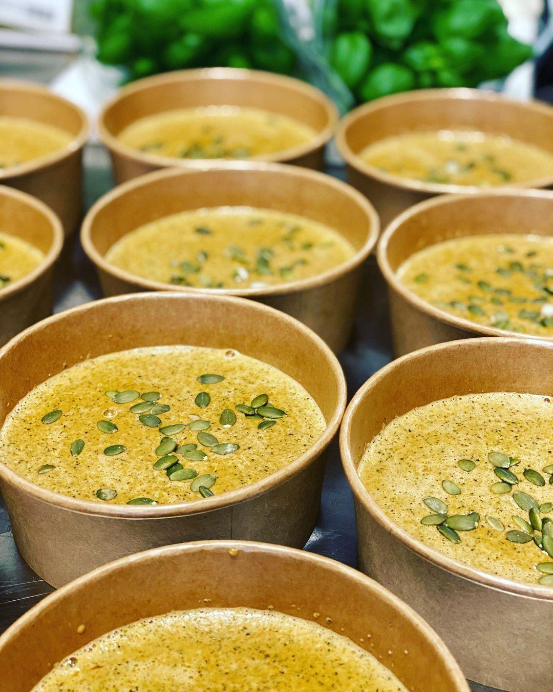 Skålar med gul soppa