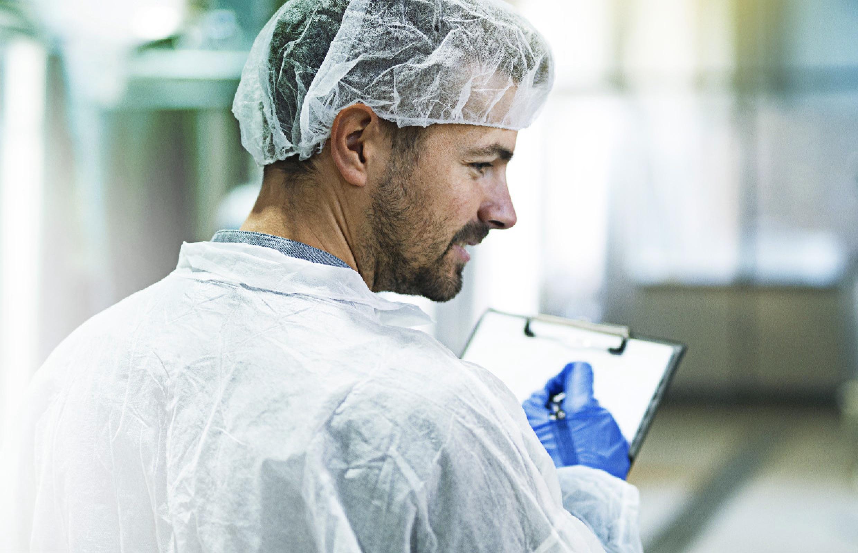 Fauth Chemie – Laborant checkt Produktion