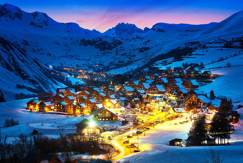 Bergdorf warm erleuchtet an einem Winterabend