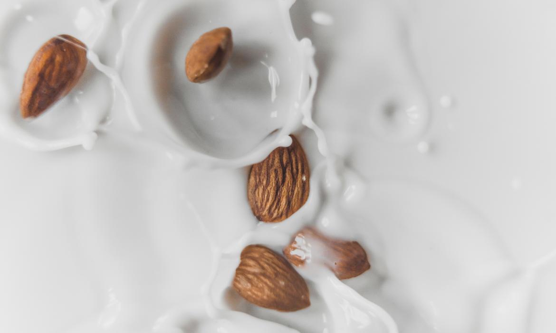 Pohled na padající mandle do mléka.