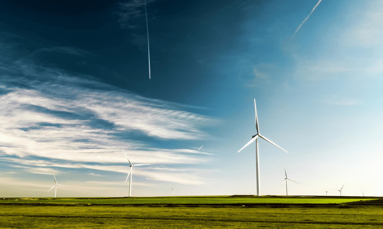 Krajina s větrnou elektrárnou.